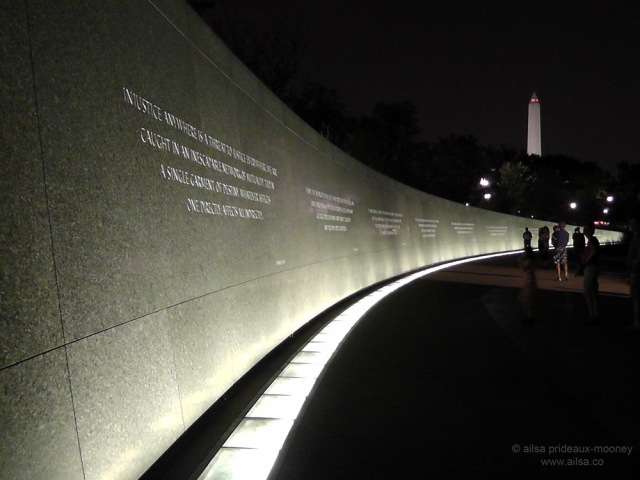 martin luther king memorial washington dc illuminated white